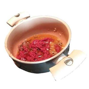 Aggiungere il vasetto del doppio concentrato di pomodoro